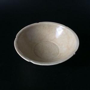 极美品青白釉六缺折沿茶盏