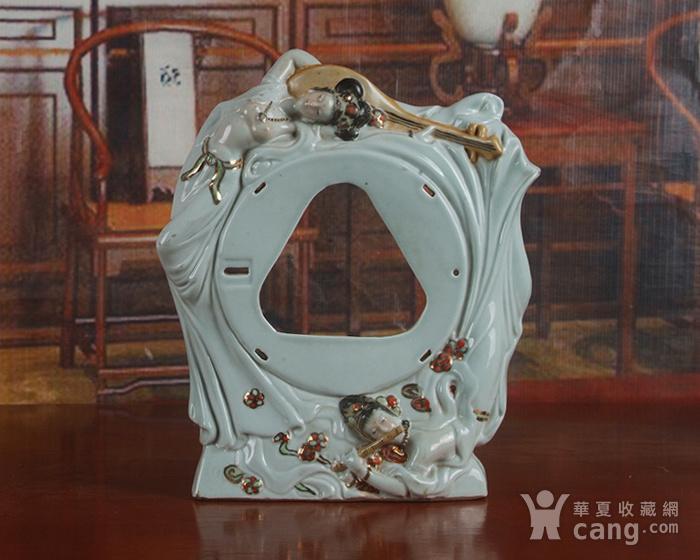 景德镇文革老厂瓷器 雕塑豆青釉粉彩描金敦煌图摆件图2