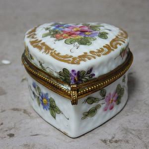 维多利亚时期粉彩花卉心形首饰盒