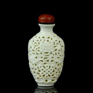 乐藏30号 清中白釉篓空瓷雕八宝纹鼻烟壶