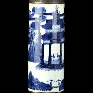 26号拍品 清中期铁锈花青花亭台楼阁纹大筒瓶