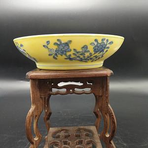 黄釉地青花纹碗