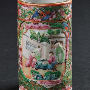 清 广彩开光瓷雕人物纹小笔筒