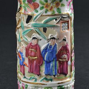 清 广彩镂空开光瓷雕人物纹小笔筒