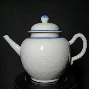 清代乾隆暗刻花开富贵白釉大茶壶