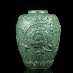 3清晚龙泉釉缠枝纹罐