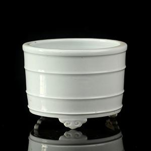 4清晚德化窑白釉旋弘纹三足筒炉