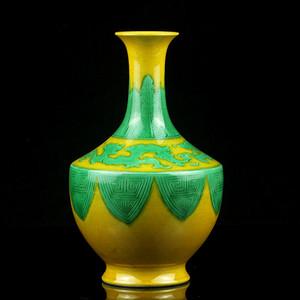 17清素三彩黄地绿龙纹簸箕瓶