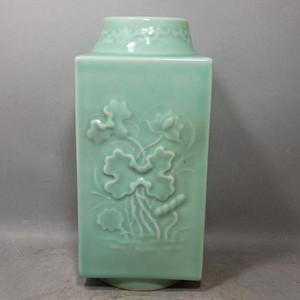 清代豆青花卉堆塑宗瓶