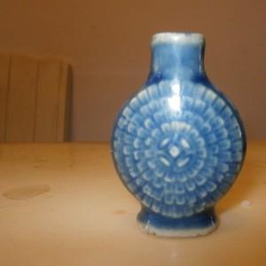 清代蓝釉孔雀开屏小瓶