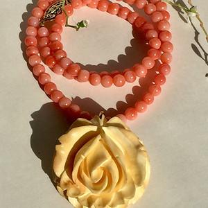 金牌  百年细润 玫瑰花坠配粉珊瑚项链