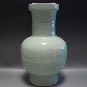 清 雍正豆青釉暗刻牡丹花卉纹大瓶