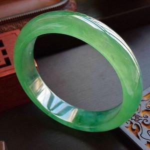 高冰种满绿高档正圈手镯,冰润润的玉质细又润收藏珍品
