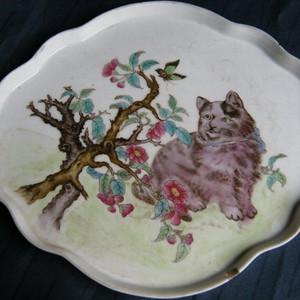 细路粉彩猫蝶纹海棠形盘