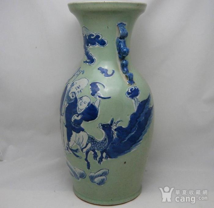 清代豆青釉青花加白150件三星人物掸瓶图3