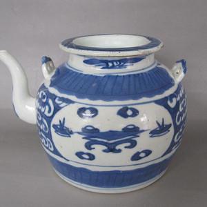 清中期青花开窗博古纹茶壶