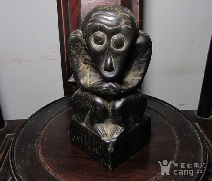 青石雕猕猴献寿文房摆件图1