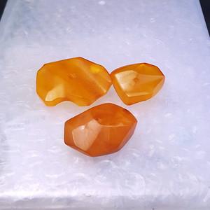 欧洲回流12.38克鸡油黄老蜜蜡异形珠