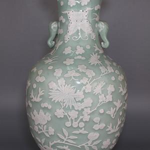 清中期豆青釉堆白象耳瓶