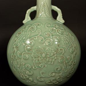 欧美回流 清中期青瓷刻花花卉纹饰大抱月瓶
