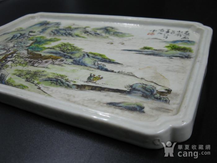 绛彩山水人物瓷盘图3