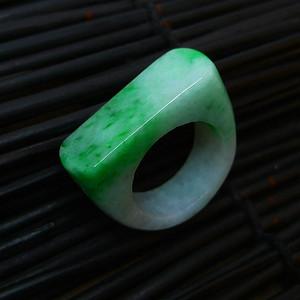冰润带绿马鞍形戒指