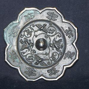 青铜花鸟菱花镜