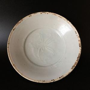 顶级青白釉折枝花卉纹折腹盘子
