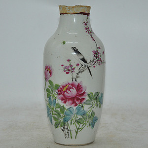 民国时期吉羊粉彩瓷瓶 有残