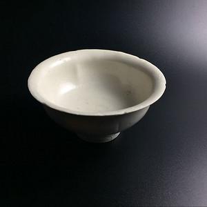 极美品白釉葵口高足杯