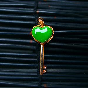18k金伴钻冰润满绿钥匙吊坠