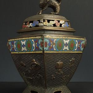 清代铜胎掐丝珐琅瑞兽浮雕 四字款菱角型香炉