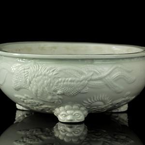 24清早德化窑白釉丹凤朝阳纹兽足炉
