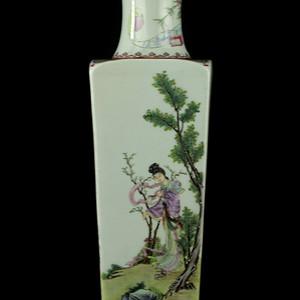 32民国粉彩人物纹四方瓶
