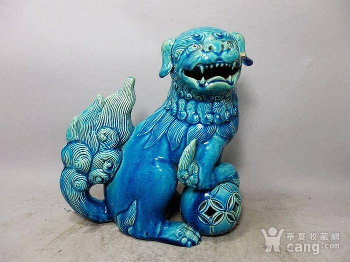 清代孔雀蓝狮子绣球摆件图1