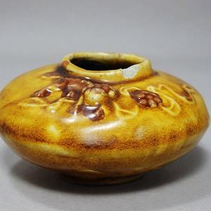 清代黄釉狮子绣球堆塑水盂