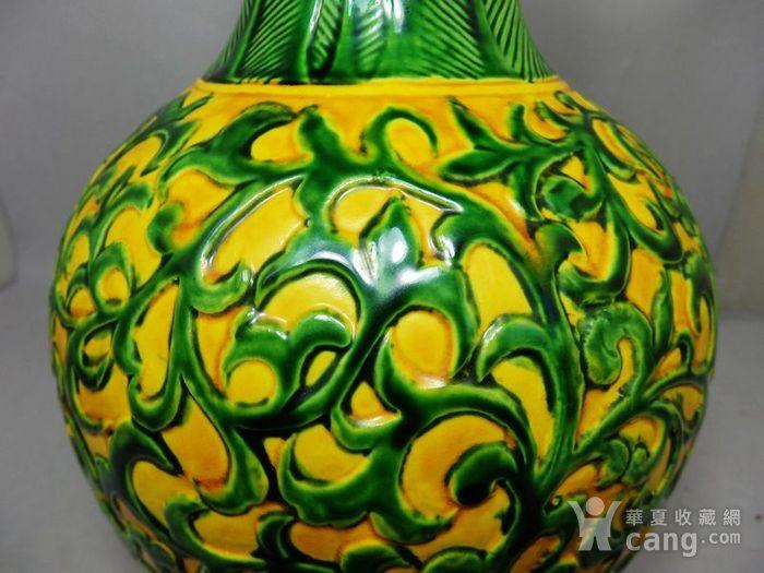 清代黄地三彩缠枝花堆塑天球瓶图3