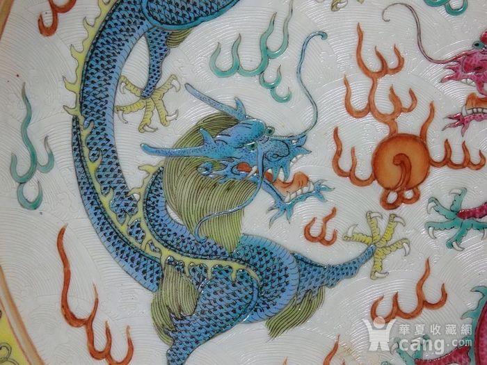 清代粉彩双龙戏珠内外暗刻海浪纹绘画 盘图3