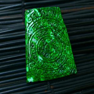 冰润辣绿精雕平安牌吊坠