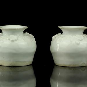 10清晚德化窑白釉堆塑梅花纹石榴小尊一对