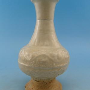 63.明代 青白釉模印花卉长颈瓶