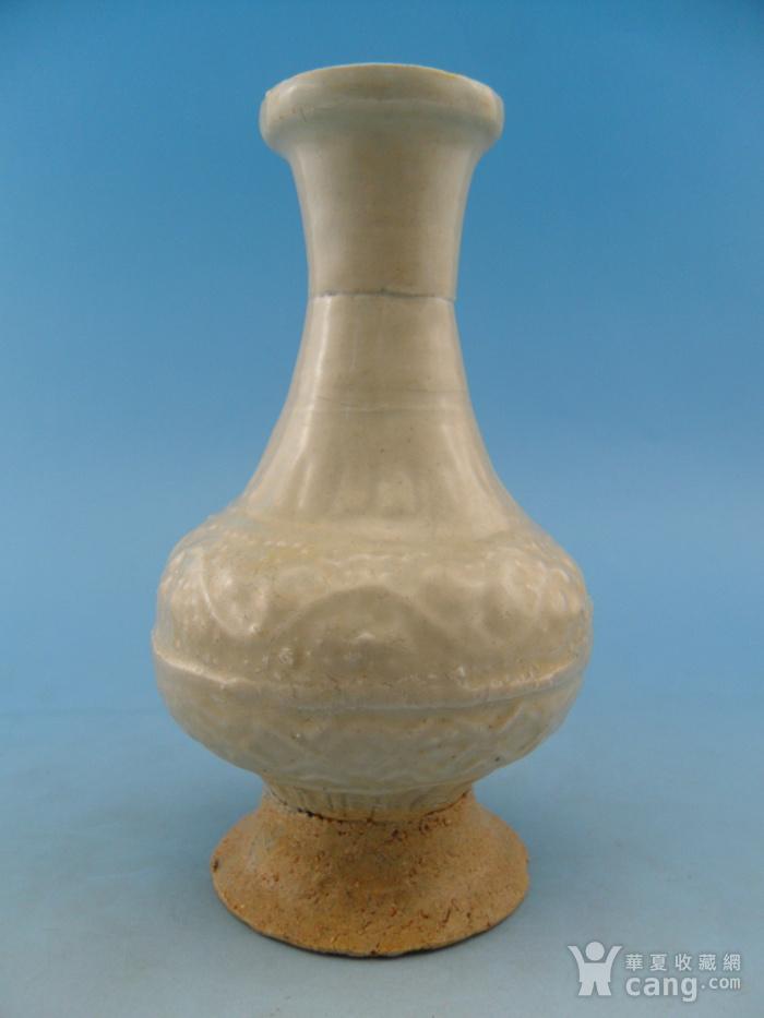 63.明代 青白釉模印花卉长颈瓶图1