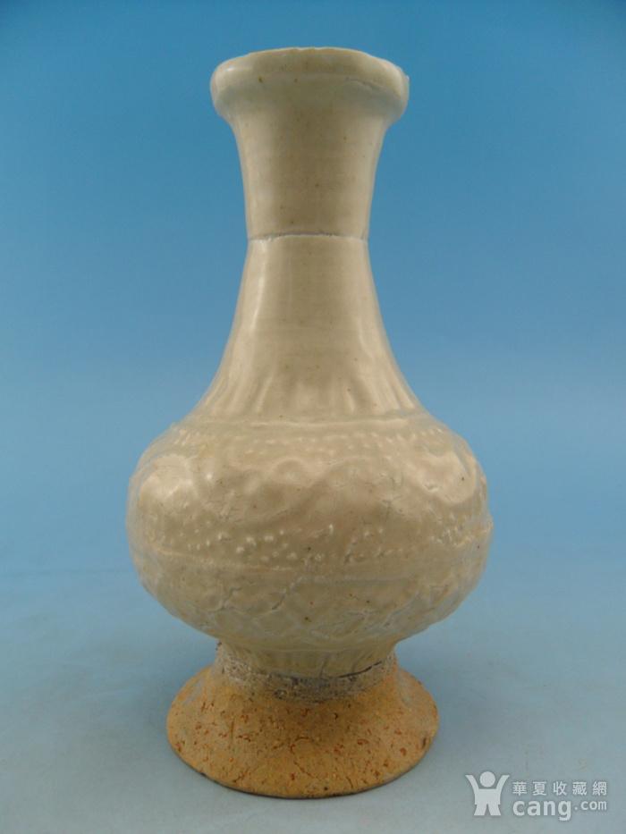 63.明代 青白釉模印花卉长颈瓶图2