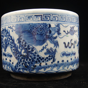 日本国回流的晚清民国时期的青花过墙龙笔筒