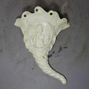 维多利亚时期人物高浮雕象鼻壁瓶