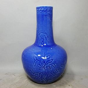 清代蓝上蓝花卉暗刻天球瓶