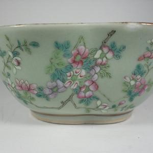 晚清豆青粉彩花卉纹碗