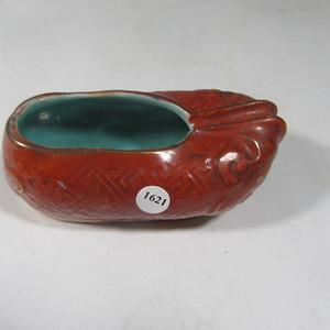晚清碗珊瑚红内松石绿地鞋形瓷塑