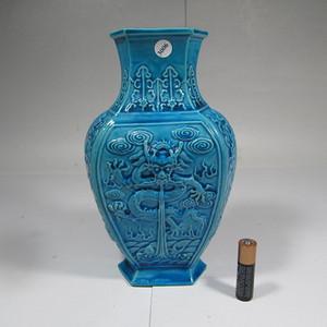 晚清孔雀蓝釉龙纹瓶