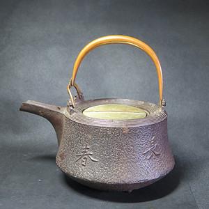 明治时期富贵长春提梁铁大壶